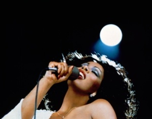 donna-summer-photo-with-microphone